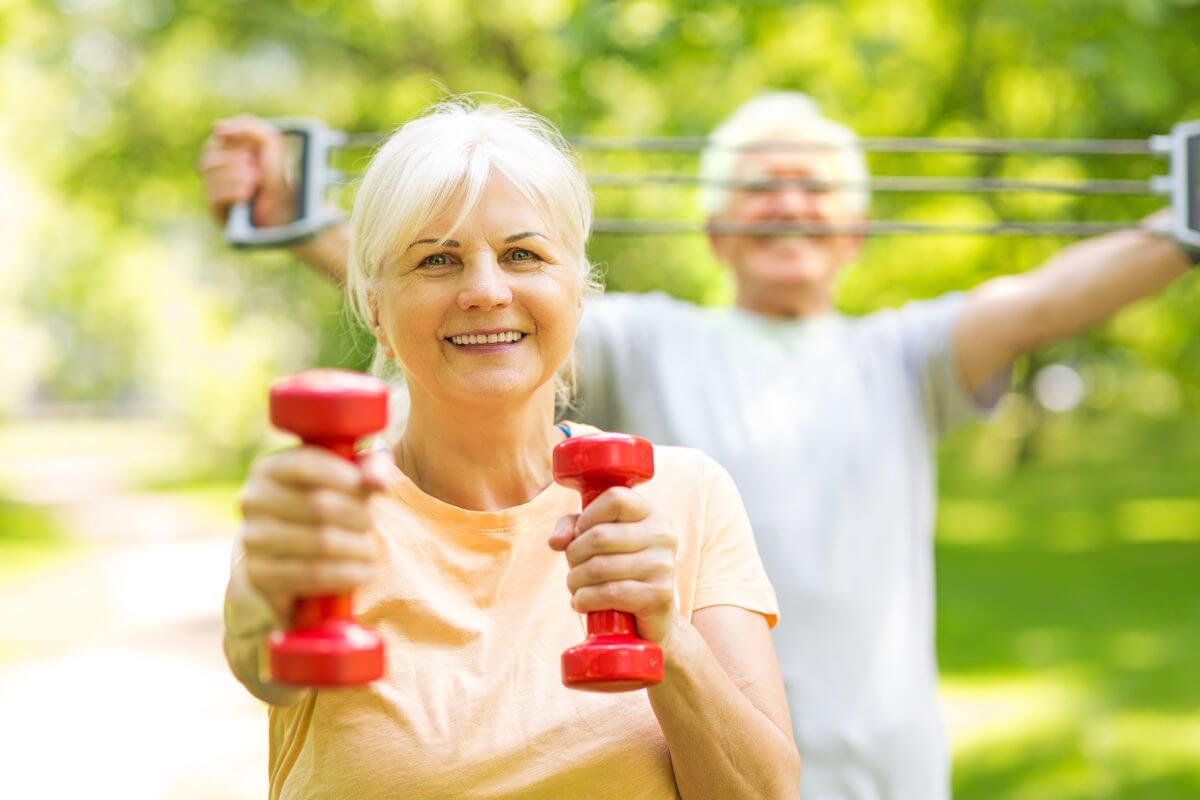 Seniorenpaar bei der Ergotherapie - Fit durch Gymnastik und Sport
