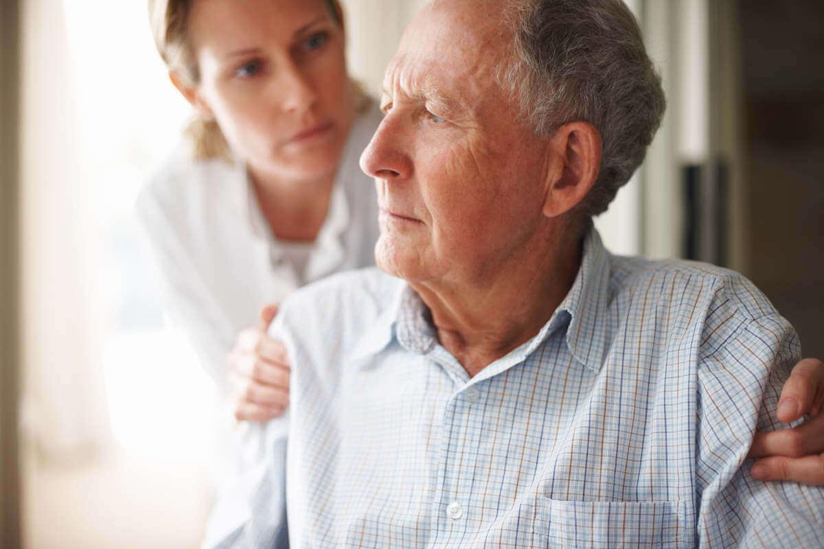 Senior im Krankenhaus mit Pflegerin