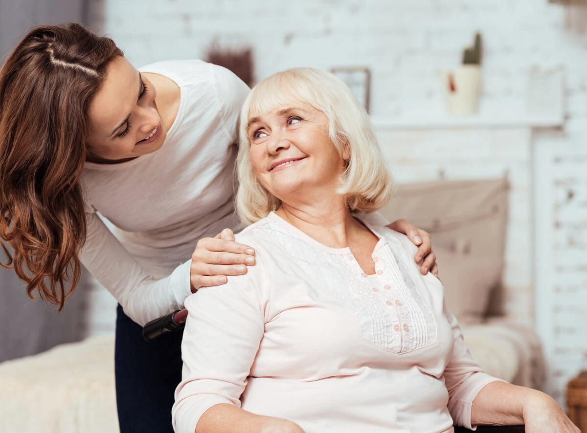 Betreuerin spricht mit Seniorin