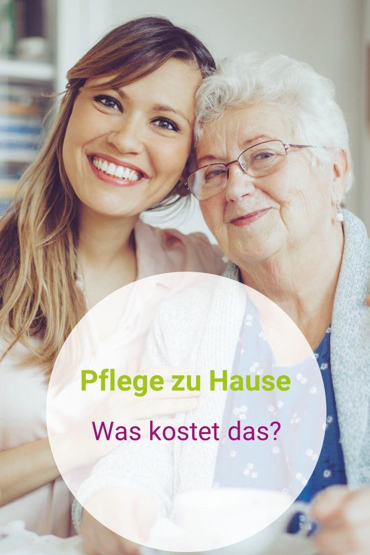 Pflegekraft und Seniorin im Wohnzimmer