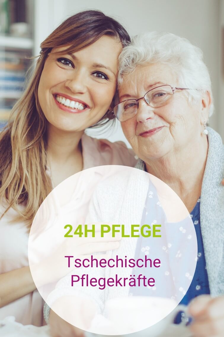 Tschechische Pflegekraft umarmt eine Seniorin